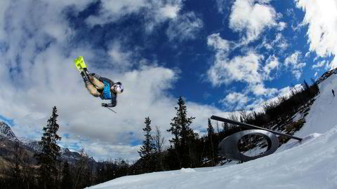 Øystein Bråten, som tok gull i slopestyle i Pyeongchang, gjør salto gjennom luften etter å ha sklidd over en rail i Hemsedals terrengpark. Parken nådde imidlertid ikke til topps i kåringen.