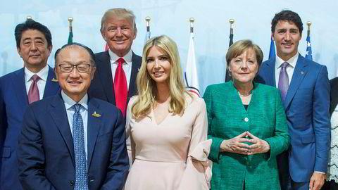 Donald Trumps datter Ivanka har spilt en fremtredende rolle på G20-møtet i Hamburg, her mellom Verdensbankens sjef Jim Young Kim og Tysklands statsminister Angela Merkel under presentasjonen av et nytt globalt kvinnefond.