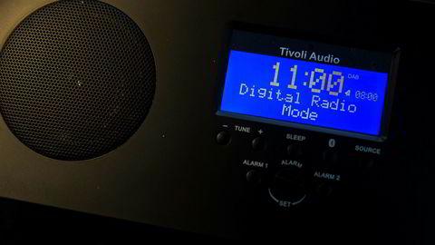 Fm-nettet slukkes neste år. Neste generasjon radio bruker dab-teknologi, som denne fra produsenten Tivoli. Men motstanden mot tvungen dab-innføring er fortsatt sterk.