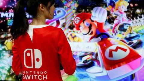 Nintendo vil bruke et sjansespill til å få spillerne til å bruke ekte penger i sitt nyeste mobilspill Fire Emblem Heroes. Her fra lanseringen av Nintendos nye spillkonsoll Switch.