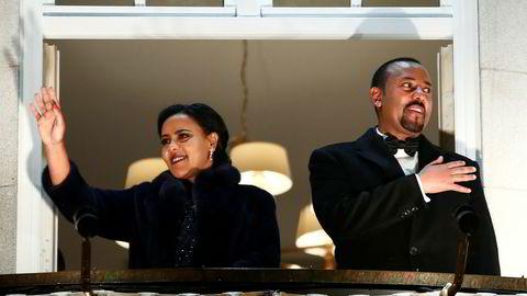 Etiopias statsminister Abiy Ahmed og hans kone Zinash Tayachew på balkongen på Grand Hotel under fakkeltoget etter tildelingen av Nobels fredspris 10. desember.