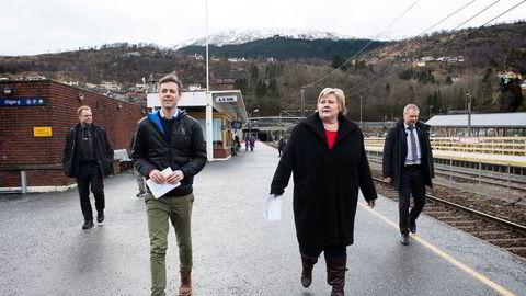 Statsminister Erna Solberg (H) besøkte tirsdag Arna stasjon sammen med blant annet KrF-leder Knut Arild Hareide.