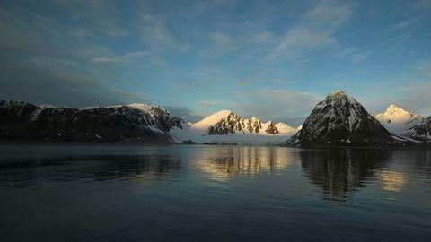 Bare omkring Svalbard ligger det omtrent 1000 forliste skip på havets bunn. Blant annet 17 i Smeerenburgfjorden, som følge av konflikter knyttet til hvalfangst på 1600-tallet, skriver innleggsforfatteren. Her fra Smeerenburgfjorden.