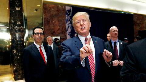 President Donald J. Trump og finansminister Steven Mnuchin (til venstre) ivrer etter å få gjennomført en omfattende skattereform i USA.