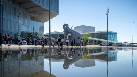 Avdukingen av den 7 meter høye skulpturen «Skapning fra Iddefjord» laget av den amerikanske kunstneren Martin Puryear.