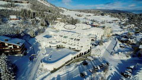 John Fredriksen prøvde opprinnelig å få 27 millioner kroner for toppleilighet på Dr. Holms Hotel på Geilo. Espen Galtung Døsvig fikk den for 19,5 millioner kroner.