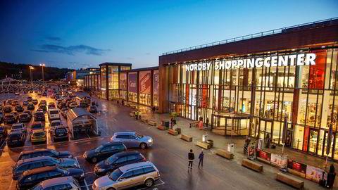 Å sammenligne noen få selvvalgte butikker på hver side av grensen, er imidlertid ikke grunnlag for å hevde at vareutvalget i enkelte varegrupper er bedre i Norge enn i Sverige, sier forfatterne. Her fra Nordby Shoppingcenter.