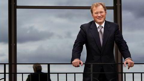 Seriegründer Erland P. Bassøes skipsmeglerhus leverer solide overskudd, men hans private investeringsselskap har måttet lide store tap etter at eierandelen i et nederlandsk verft måtte skrives helt ned på grunn av kansellering av en skipsbyggekontrakt.