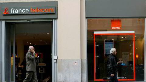 I første kvartal 2002 viste France Telecoms årsregnskap betydelig tap og stor gjeld. I juli samme år erklærte den daværende franske næringsministeren at «staten ville opptre som en ansvarlig eier og gjøre det som er nødvendig for å takle eventuelle finansielle problemer for selskapet».