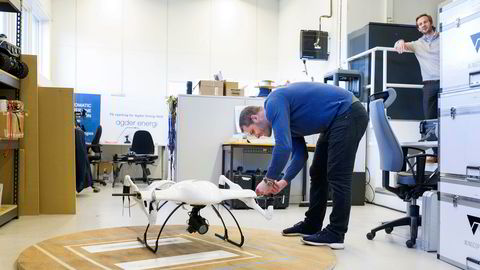 Håkon Kjerkreit ser på at tekniker Martin Ringstrøm i KVS Technologies skrur sammen dronen som har en pris på cirka én million kroner.