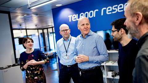 Telenor-sjefen omgitt av det som fremover blir noe av Telenors kjernekompetanse. Fra venstre: Leva Martinkenaite, sjef for digital innovasjon, forsker Kenth Engø-Monsen, konsernsjef Sigve Brekke, forsker Arjun Chandra og forsker Geoffery Canright, som alle jobber med prosjekter knyttet til kunstig intelligens.