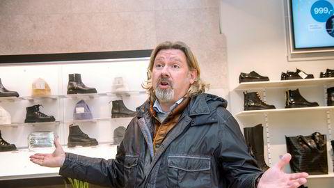 Henrik Ruud, som er eier og daglig leder i Grændsens Skotøimagazin, merker nå at de oppsparte midlene renner ut. Han er en av flere butikkeiere på kjøpesenteret Byporten som opplever kraftig omsetningsfall.