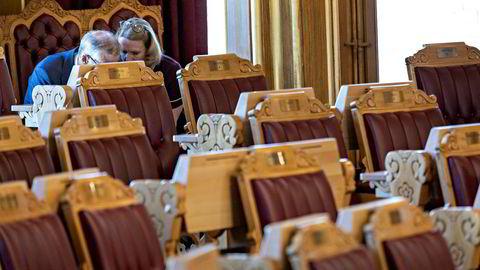Arbeiderpartiets leder Jonas Gahr Støre og forsvars- og utenrikspolitiske talsperson Anniken Huitfeldt la slagplan i en skyttergrav bak i stortingssalen under spontanspørretimen.