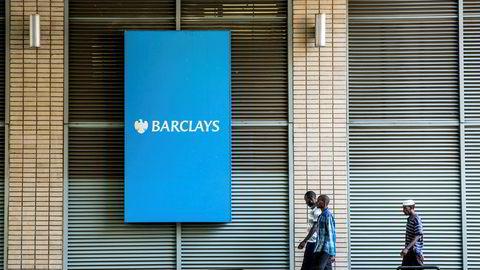 Barclays bank trekker seg ut av Afrika etter å ha vært aktiv der i over 100 år. Årsaken skal være at vestlige reguleringer stiller så omfattende krav til kontroll at kostnadene eksploderer. Men dette er antageligvis mer sammensatt, skriver artikkelforfatteren.