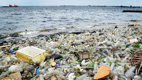 Ap-representant Else-May Botten sier Norge «må ta på ledertrøyen i jobben med oppryddingen i internasjonalt farvann». Her plastavfall som er skylt i land langs Elfenbenkysten.