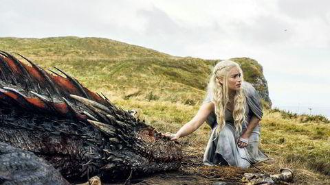 Emilia Clarke spiller Daenerys Targaryen, også kjent som Khaleesi og dragemoren. Ifølge en datamodell er hun blant de karakterene i serien med lavest sjanse til å overleve.