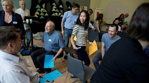 Nils Bergheim (med blått ark) og Cecilie Vo (med gult ark) i gang med speeddating-runden til 28 eksperter. De skal slå kunnskapen sammen og klekke ut nye planer for små og mellomstore bedrifter – på tre dager.