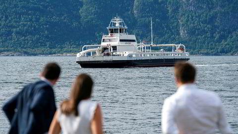 Passasjerer venter på MF «Ampere». Fergen er en elektrisk bilferge som trafikkerer E39 over Sognefjorden. Statens vegvesen er skeptisk til den samfunnsøkonomiske lønnsomheten ved å kutte alle fergene mellom Kristiansand og Trondheim.