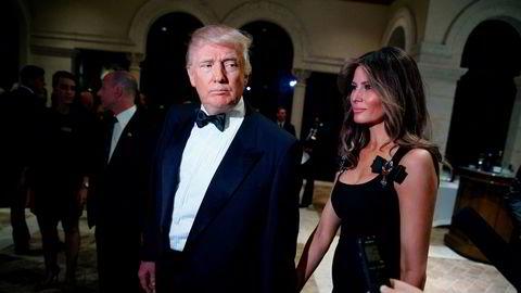 USAs kommende president Donald Trump vil ifølge Forbes ha en regjering som er 60 prosent mer velstående enn Barack Obamas. Her ankommer han en nyttårsfest på Mar-a-Lago i Palm Beach, Florida sammen med sin kone Melania Trump.