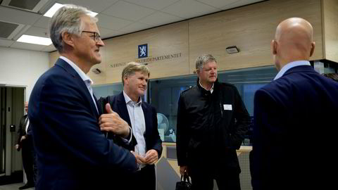 Norwegian-sjef Jacob Schram (nummer tre fra venstre) sier bransjen trenger mer hjelp fra myndighetene. Han kom til næringsdepartementet med Torbjørn Lothe i NHO Luftfart (fra venstre) og Knut Hågensen, direktør for infrastruktur i SAS.