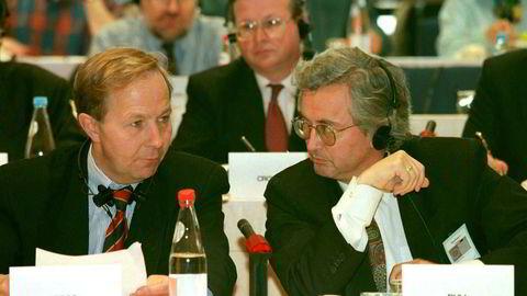 Britene har akseptere at adgang til EU-markedet kan betales med adgang til fiskeressurser, skriver Torben Foss (til venstre) i innlegget. Han deltok i EØS-forhandlingene. Det gjorde også Einar Bull (til høyre). Her er de to i antidumpingforhandlinger sent på 1990-tallet.
