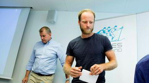 Langrennsløperen Martin Johnsrud Sundby ble dømt med to måneders utestengelse etter å ha testet positivt på stoffet salbutamol i 2016. Her med skipresident Erik Røste under en pressekonferanse.
