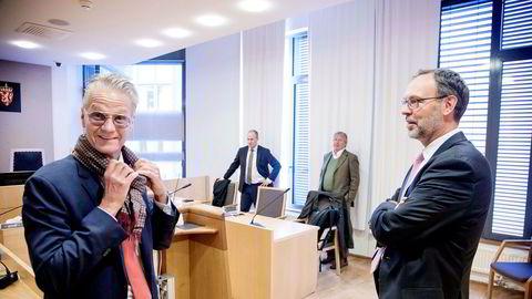 Ola Toftegaard Hox (til venstre) prater med Alevos advokat Markus Adler før starten på arbeidrettssaken Hox har anlagt mot Alevo. I bakgrunnen Tore Lerheim (til venstre) og Eric Cameron.