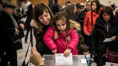Veldeltakelsen i Catalonia ligger an til å bli rekordhøy. Regionen er sterkt splittet når det gjelder en eventuell løsrivelse fra Spania. Foto: Santi Palacios / AP / NTB scanpix