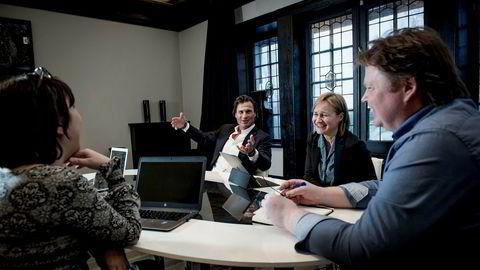 """De sentrale aktørene i """"bokkuppet"""" møttes hos Petter Stordalen i Choice Hotel sitt hovedkvarter på Frogner i Oslo. Fra venstre: Anne Gaathaug, daglig leder i Gloria Forlag, tidligere forlagssjef i Kagge, Petter Stordalen, nykronet forlagskonge, medeier i forlagene Pilar, Capitan og Gloria, Anne Fløtaker, sjefredaktør i Capitana og Jørn Lier Horst, krimforfatter og forlegger i eget forlag, Capitana."""