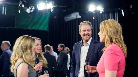 Nyhets- og sportsredaktør Jan Ove Årsæther feiret torsdag ti år med seersuksessen Nyhetskanalen på Sentralen i Oslo. Fra venstre: Trude Snorrason, Marianne Virik og Aslaug C. Henriksen.