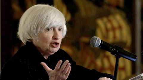 Federal Reserve kommer til å se gjennom fingrene med at inflasjonen er lav og fortsette renteøkningene i et rolig tempo, så lenge den økonomiske veksten tillater det. Her avtroppende Fed-sjef Janet Yellen.