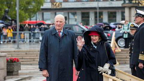 Kong Harald og dronning Sonja ved avreise fra honnørbrygga i Oslo på tur til lunsj på Kongeskipet Norge.