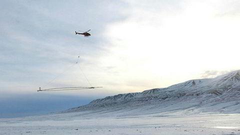 AEM (Airborne Electronic Measurement) går ut på å måle grunnens elektriske ledningsevne fra en antenne som henger under et helikopter.