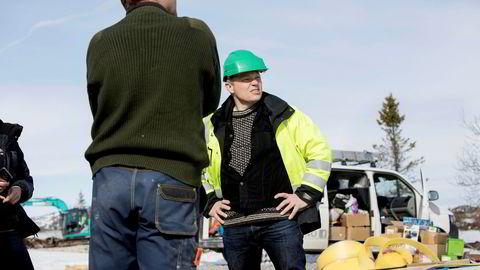 Lars Mamen fungerer som verneombud for arbeidstagere i bedrifter som ikke har eget verneombud på byggeplassen. – Folk har råd til å kjøpe hytter til seks–syv millioner kroner, men er det noen som har undersøkt hvilke forhold arbeidsfolkene jobber under? sier han.