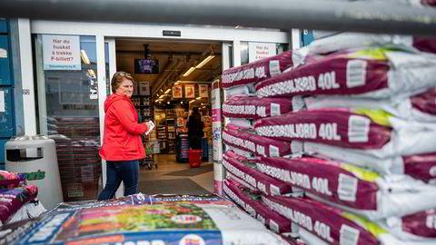 Europris er ikke favoritten til Cathrine Nielsen, men hun stikker innom butikken på Bryn når det er spesielle kampanjer. Generelt tror hun billigbutikkene lider under at folk nå vil ha mer kvalitet.