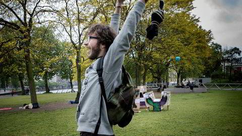 -De to er forferdelige kandidater på hver sin måte, sier Swan og kaster ball mot presidentkandidatene i en park i Paris.