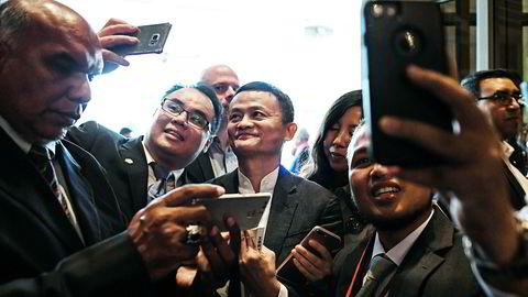 Alibaba-grunnlegger Jack Ma (i midten) må konstatere at «lillebror» har passert hans selskap i børsverdi.