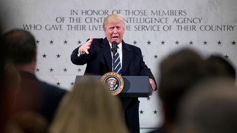 Donald Trump vil fjerne så mye som mulig ifølge loven av personvern for ikke-amerikanske borgere. Her taler han hos CIA, ett av byråene som kan få økt innsyn i utlendingers persondata.