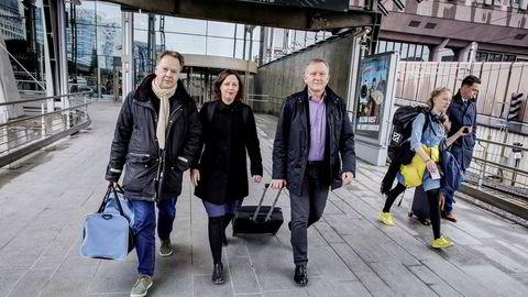 Mikkel Friis (fra venstre), Karin Yrvin og Øyvind Thorsen er på vei fra Oslo S til Gardermoen for å rekke en Norwegian-flyvning til Stavanger.