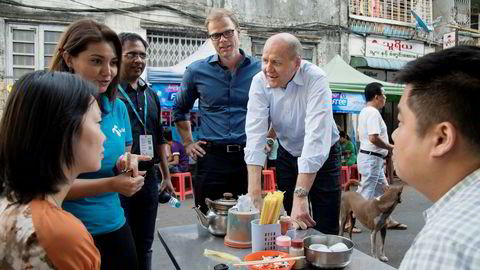 Telenor-sjef Sigve Brekke møter DN i en pause fra ledersamlingen i Yangon i Myanmar denne uken. Her også sammen med Telenors landsjef Lars Erik Tellmann i Lanmadaw township.
