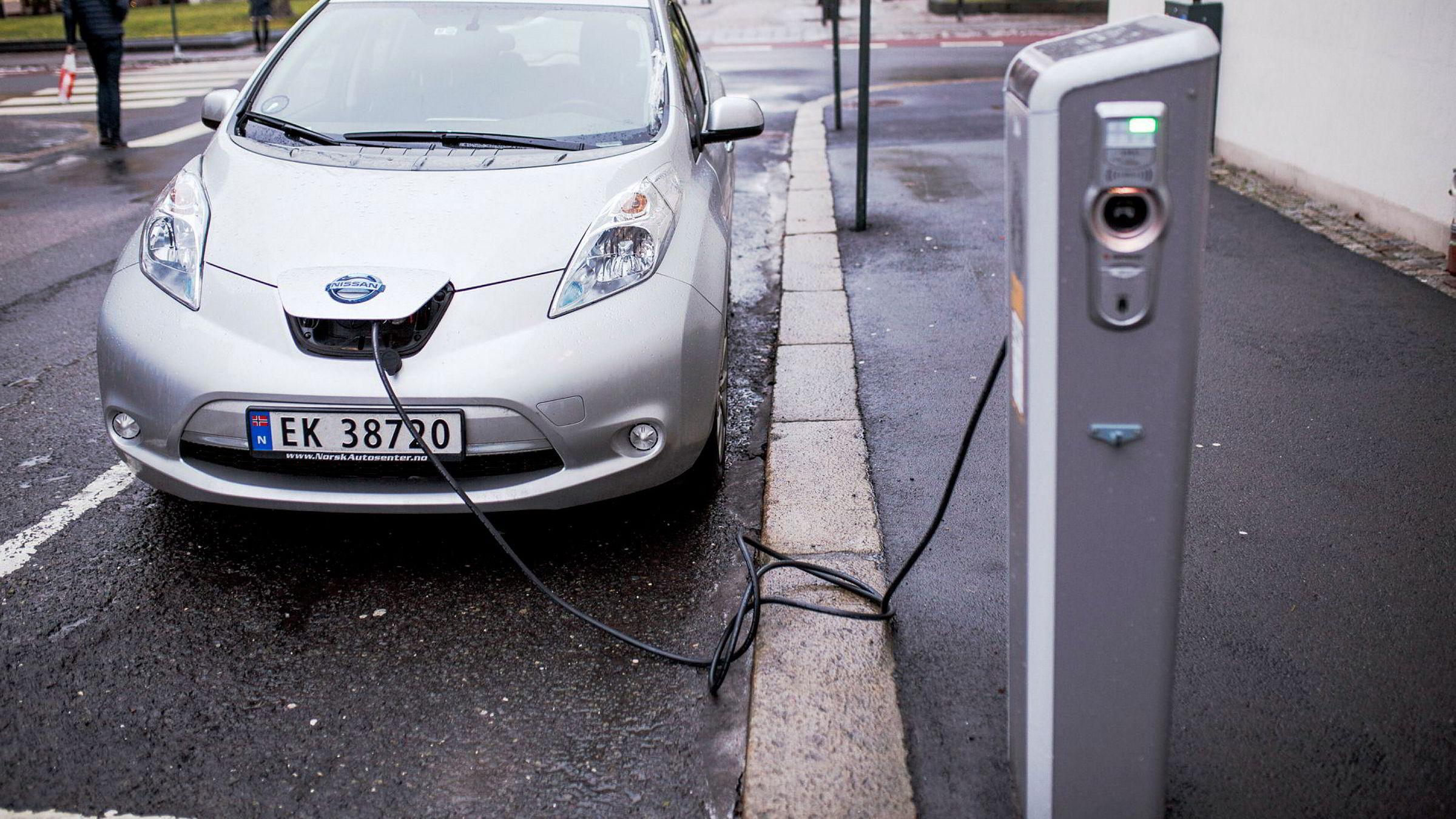 – Om målet er å erstatte mest mulig av fossilbilkjøringen, er det lurere å belønne biler med lang rekkevidde, sier Haakon Riekeles i Civita.