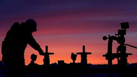 Russlands energiminister mener kuttavtalen mellom Opec og 11 andre oljeprodusenter må forlenges. Bildet er fra en oljerørledning nær Nikolo-Berezovka i Russland i januar 2015. REUTERS/Sergei Karpukhin/File Photo