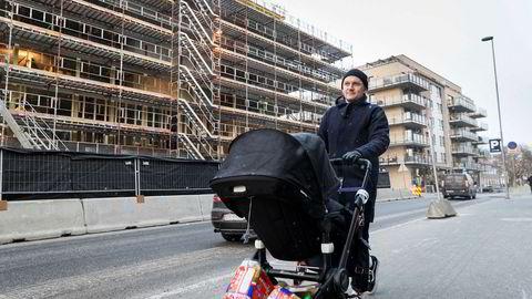Med Mikkel på 11 måneder kommer Raymond Pedersen trillende ned Peter Møllers vei på Løren. Han og samboeren har solgt leiligheten de kjøpte her i 2011, med god fortjeneste.