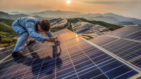 Kina har forpliktet seg til å investere 2500 milliarder yuan (2800 milliarder kroner) i fornybare energiprosjekter frem til 2020. I 2015 ble det investert for 850 milliarder kroner. Her fra Xinyi solcellekraftverk i Songxi, Kina.
