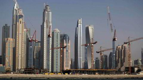 Byggevirksomheten fortsetter for fullt i Dubai til tross for at boligprisene har falt med over 30 prosent. En av de største eiendomsutviklerne ønsker byggestopp i inntil to år.