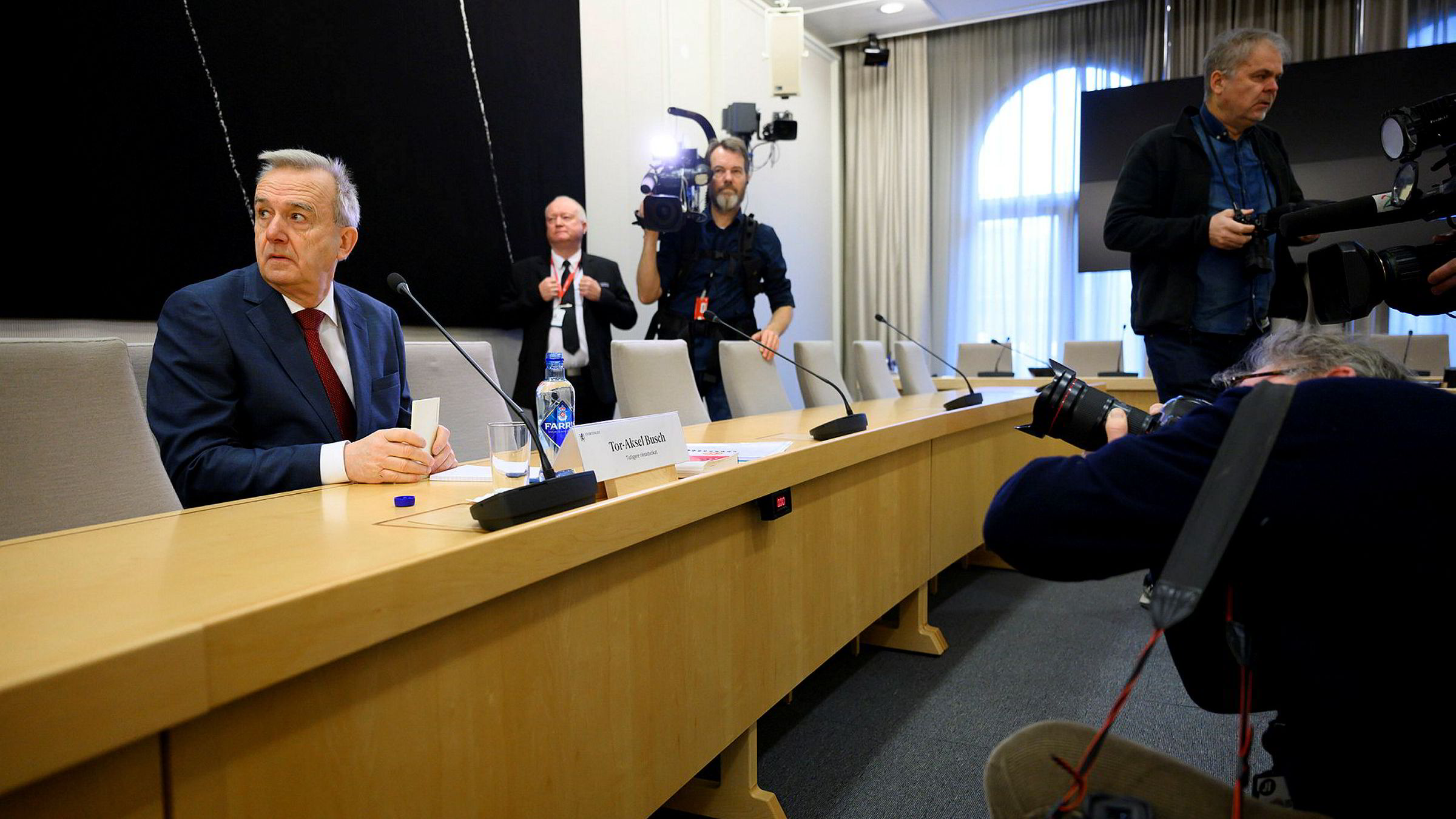 Tidligere riksadvokat Tor-Aksel Busch startet sin orientering i den åpne høringen om NAV-skandalen med å beklage.