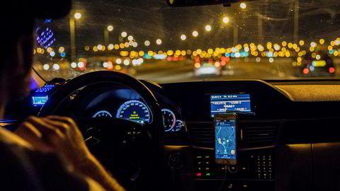 De aller fleste sjåfører i Israel bruker kart-appen på alle sine turer, også taxisjåføren Sharon i Tel Aviv – selv om han er lommekjent.
