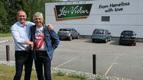 Arne Vidar (t.h.)mener salget til Scandza-konsernet er en god løsning for familiebedriften Leiv Vidar som ble startet på Hønefoss i 1950. Her sammen med Scandza-toppen Stig Sunde.