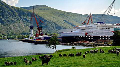 De siste årene har Kleven Verft hatt økonomiske problemer under ferdigstillelse av to hurtigruteskip. I vinter ble verftet solgt fra Hurtigruten til kroatiske eiere – og nå er det konkurs. Bildet er fra i fjor sommer.