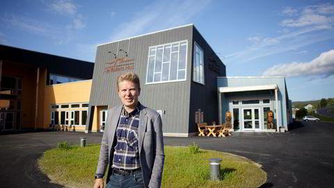 Hattfjelldal mistet rundt 50 innbyggere og 30 millioner kroner i årlige inntekter da asylmottaket ble lagt ned i fjor. Ordfører Harald Lie i Hattfjelldal står her foran det nyåpnede Fjellfolkets Hus.